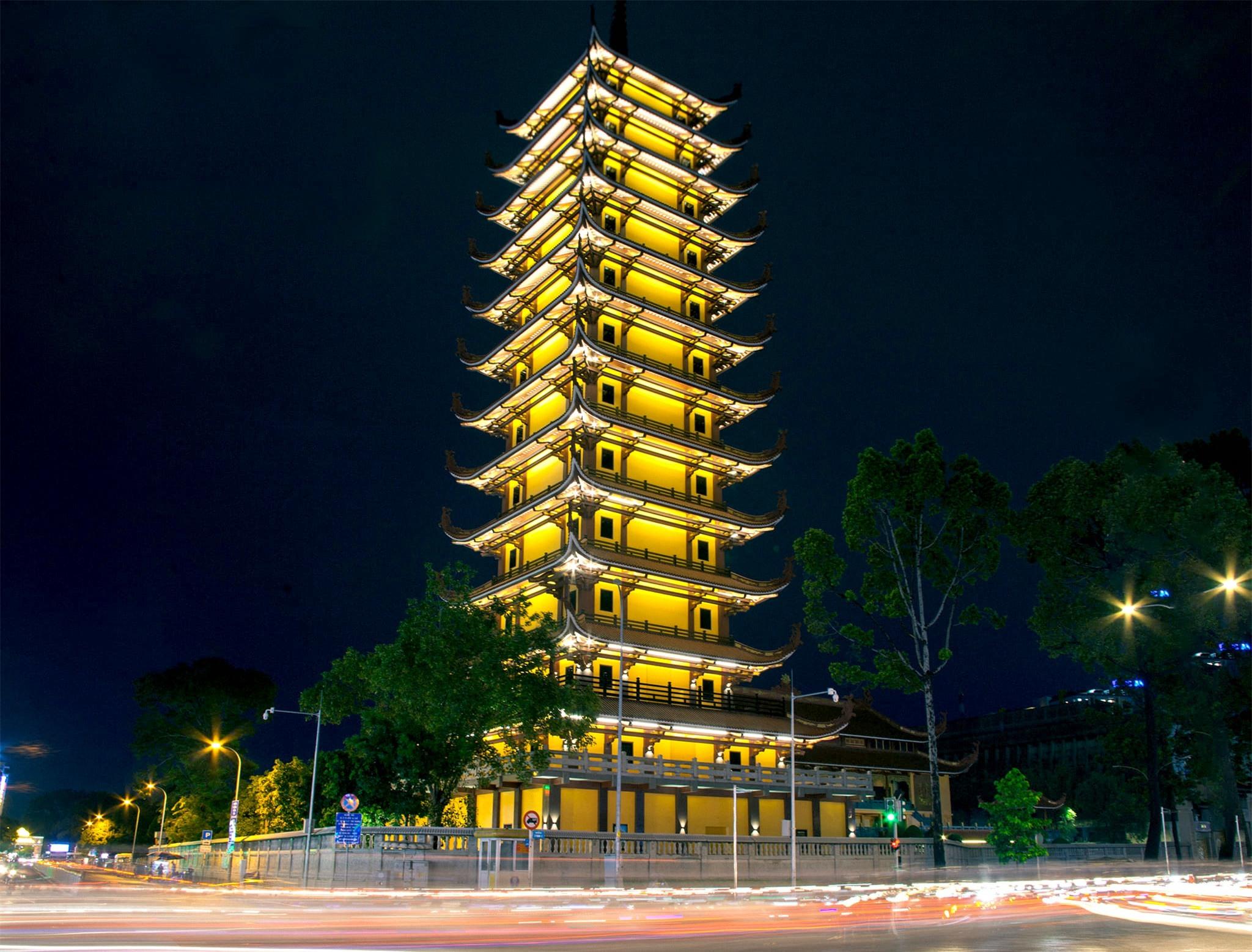 Các công trình nổi tiếng ở TPHCM giữa trời đêm - Ảnh 5.