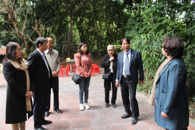 Các nhà nghiên cứu, nhà khoa học đã tới tham quan di tích đền Thượng Thái Sơn và cùng trao đổi, tìm hiểu về đặc điểm của di tích.
