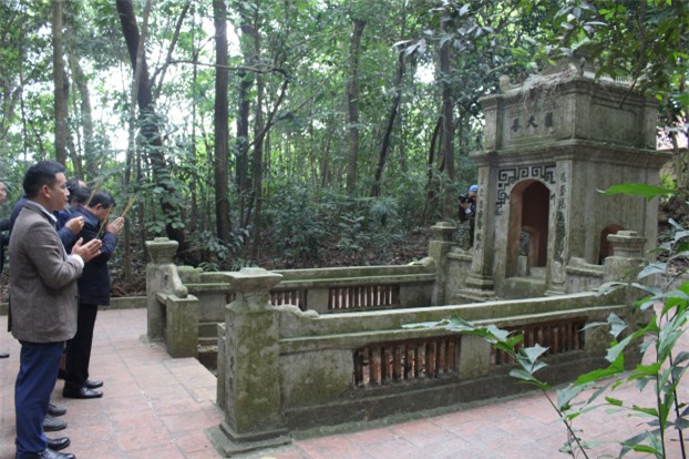 Lăng Công chúa nước Lào nằm cạnh bên đền thờ. Các ngày rằm, mùng một nhân dân trong vùng đều dọn dẹp khuôn viên đền và thắp hương lễ bái, sùng kính Công chúa Nhồi Hoa như một danh nhân đất Việt.