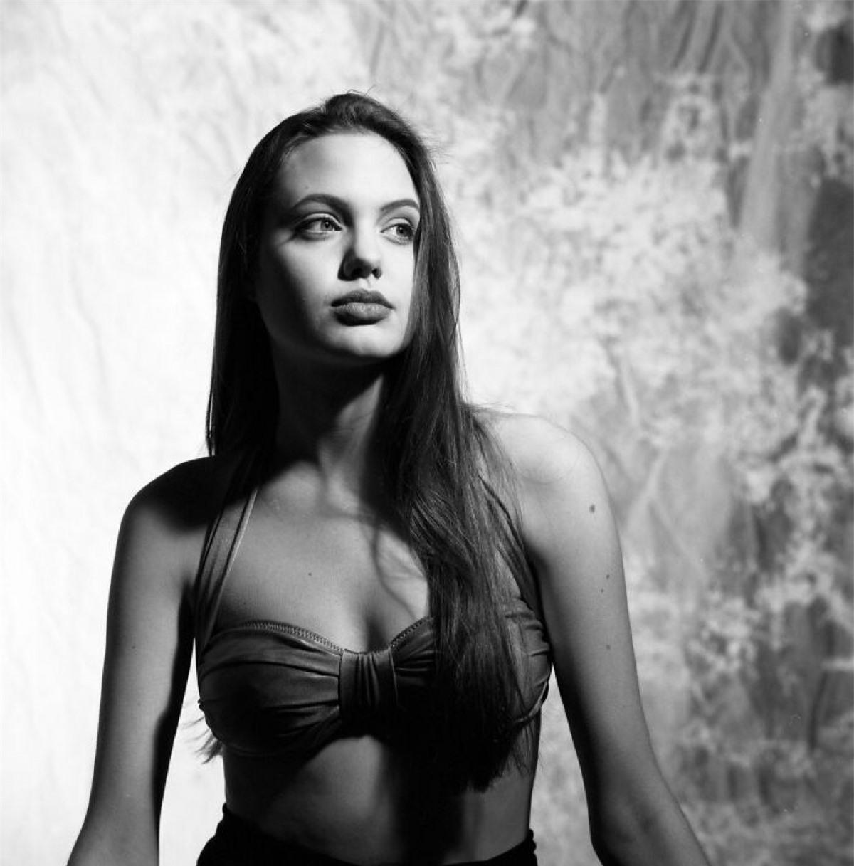 """Angelina Jolie theo học tại Học viện Sân hấu Lee Straberg trong hai năm, sau đó là nghành Kịch nghệ tại Đại học New York. Cô xuất hiện trong các bộ phim của anh trai, tham gia vào một số video ca nhạc và làm người mẫu. Angelina nhận vai chính đầu tay vào năm 1993 với bộ phim """"Cyborg 2"""", nhưng kết quả không như mong đợi khiến cô từ bỏ việc thử vai trong một năm. Vai diễn siêu mẫu Gia Carangi trong """"Gia"""" (1998) trở thành bước đột phá trong sự nghiệp diễn xuât của cô."""
