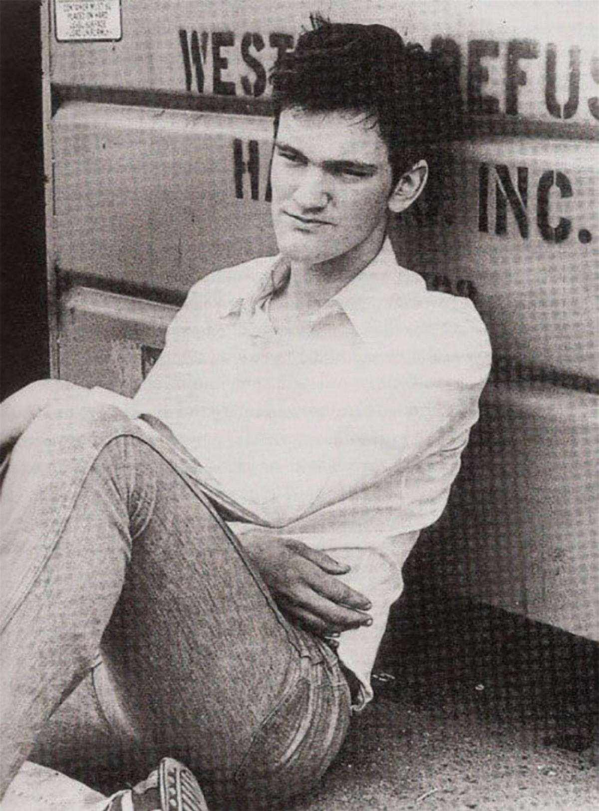 """Quentin Tarantino thể hiện đam mê với phim ảnh của mình từ khi còn đang đi học. Năm 15 tuổi, ông bắt đầu làm việc trong một rạp phim. Những năm 1980, ông làm việc cho một cửa hàng video trong 5 năm. Bằng cách xem phim ở cửa hàng đó, Tarantino đã học được rất nhiều điều về cách làm phim và sau đó, ông được trả tiền để xem phim. Công việc đầu tiên ông nhận được tại Hollywood là vào năm 1986 với tư cách là trợ lý sản xuất. Năm 1992, ông viết kịch bản và đạo diễn bộ phim """"Reservoir Dogs"""", bộ phim đã giúp ông trở thành đạo diễn nổi tiếng."""