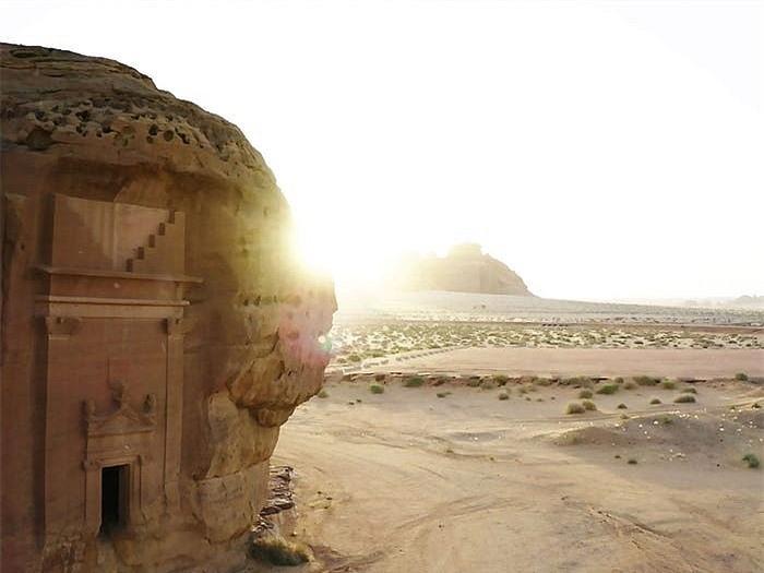 Khách sạn ẩn mình trong núi đá sa thạch cổ - Ảnh 2.