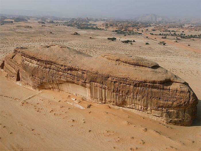 Khách sạn ẩn mình trong núi đá sa thạch cổ - Ảnh 3.