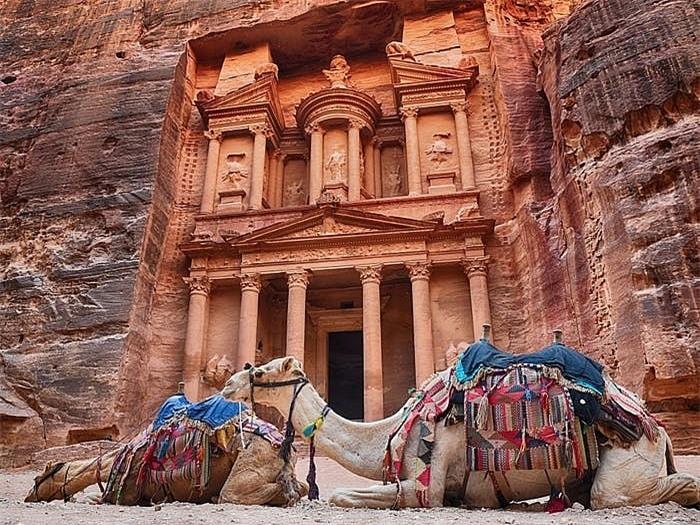 Khách sạn ẩn mình trong núi đá sa thạch cổ - Ảnh 5.
