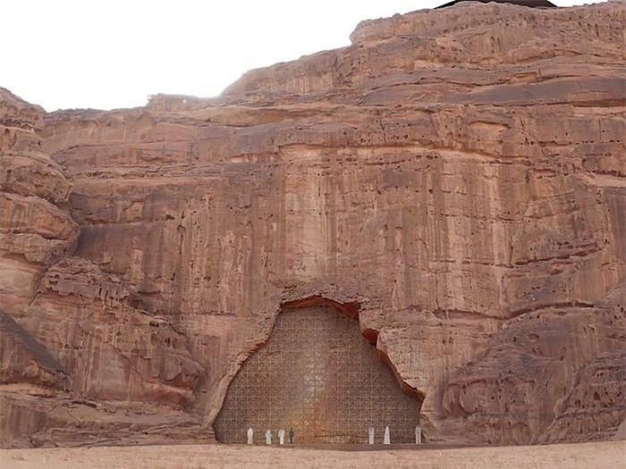 Khách sạn ẩn mình trong núi đá sa thạch cổ - Ảnh 7.