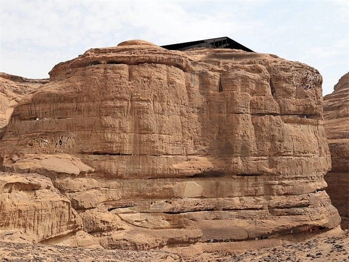 Khách sạn ẩn mình trong núi đá sa thạch cổ - Ảnh 9.