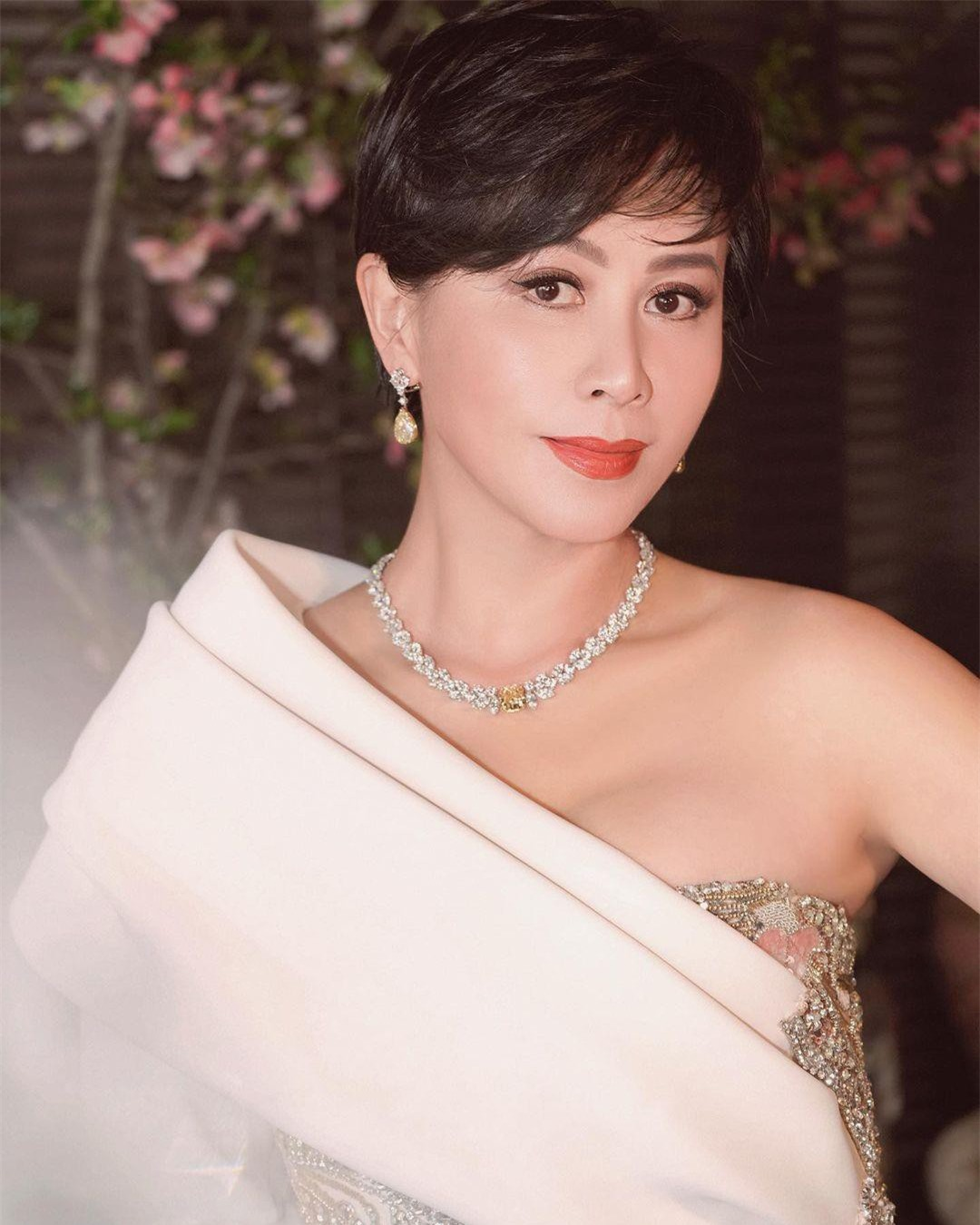 Sắc vóc U60 rực rỡ của 'nữ hoàng màn ảnh' Lưu Gia Linh ảnh 13