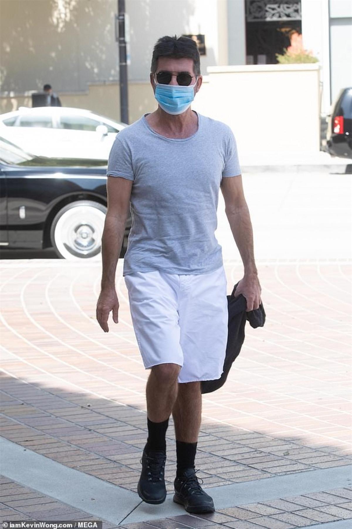 Simon Cowell bị cánh săn ảnh bắt gặp khi đang đến trường quay để ghi hình America's Got Talent ở Los Angeles hôm 30/3.
