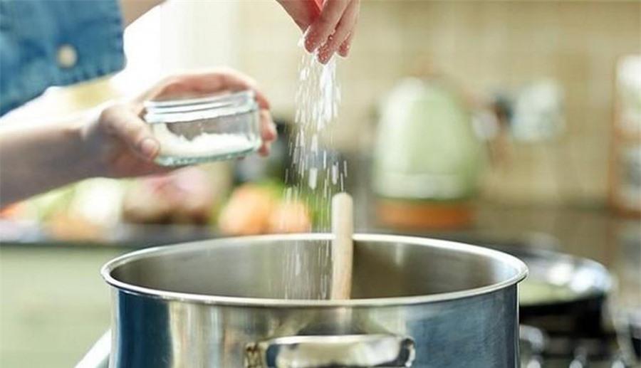 Không bỏ mì chính vào khi đang nấu ăn với nhiệt độ cao