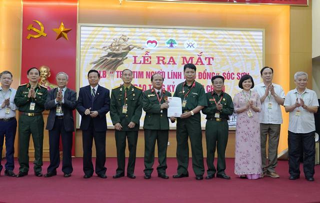 Đại diện Hội đồng điều hành CLB Trái tim người lính Việt Nam trao quyết định thành lập CLB Trái tim người lính Phù Đổng