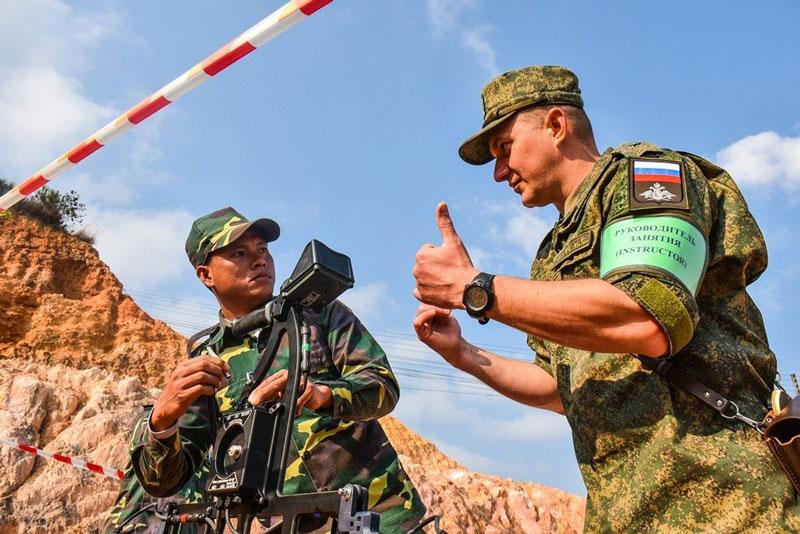 Quân đội Lào và Nga.