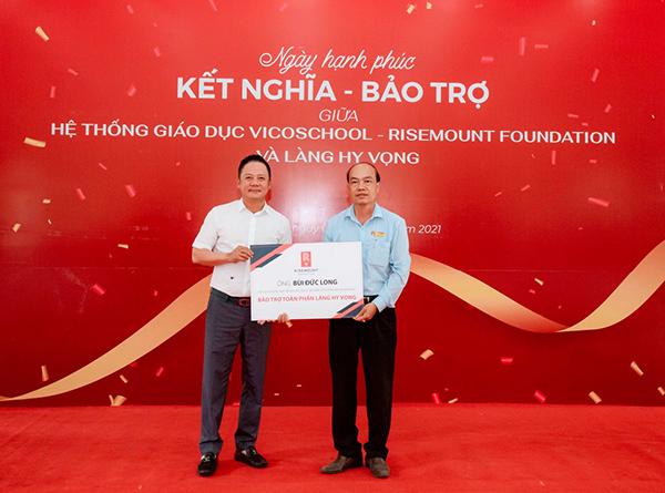 Ông Bùi Đức Long (áo trắng) nhận bảo trợ toàn phần cho Làng Hy Vọng Đà Nẵng kể từ tháng 4/2021