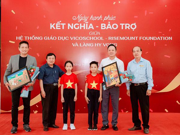 Trẻ em Làng Hy Vọng Đà Nẵng tặng ông Bùi Đức Long và các nhà tài trợ những bức tranh do các cháu tự vẽ
