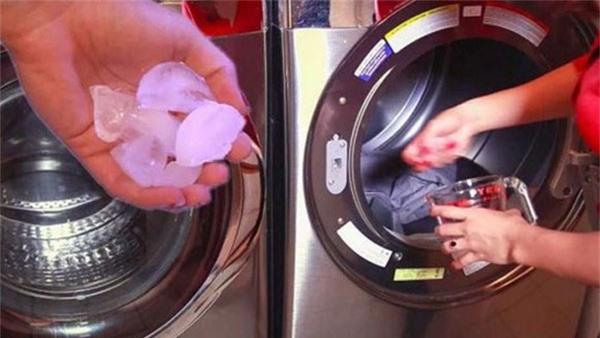 Bỏ vài viên đá vào máy giặt giúp quần áo thẳng như mới là ủi