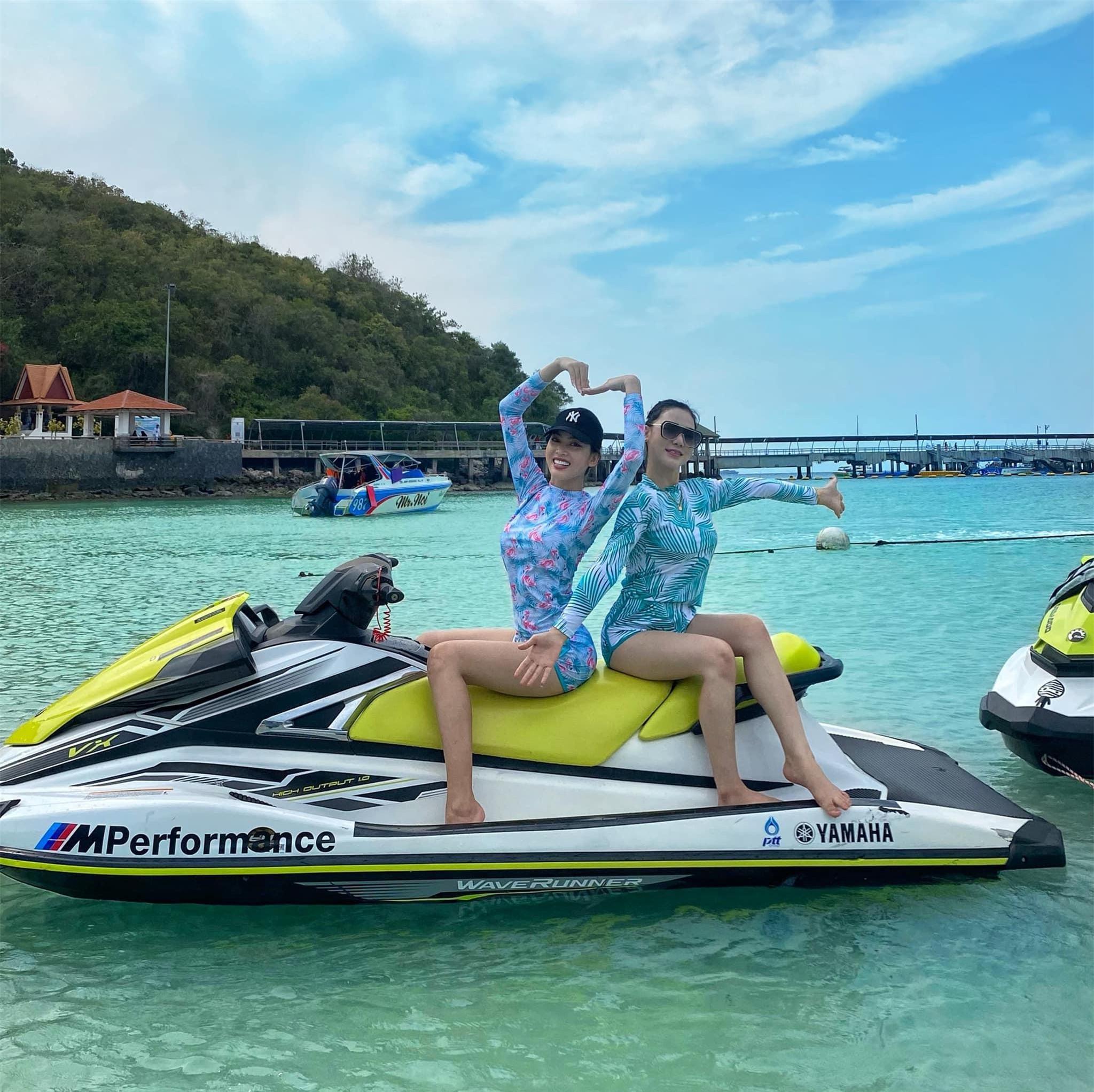 Ngọc Thảo và Hoa hậu Lào mặc đồ đôi, khoe chân dài miên man trên biển Thái Lan ảnh 1