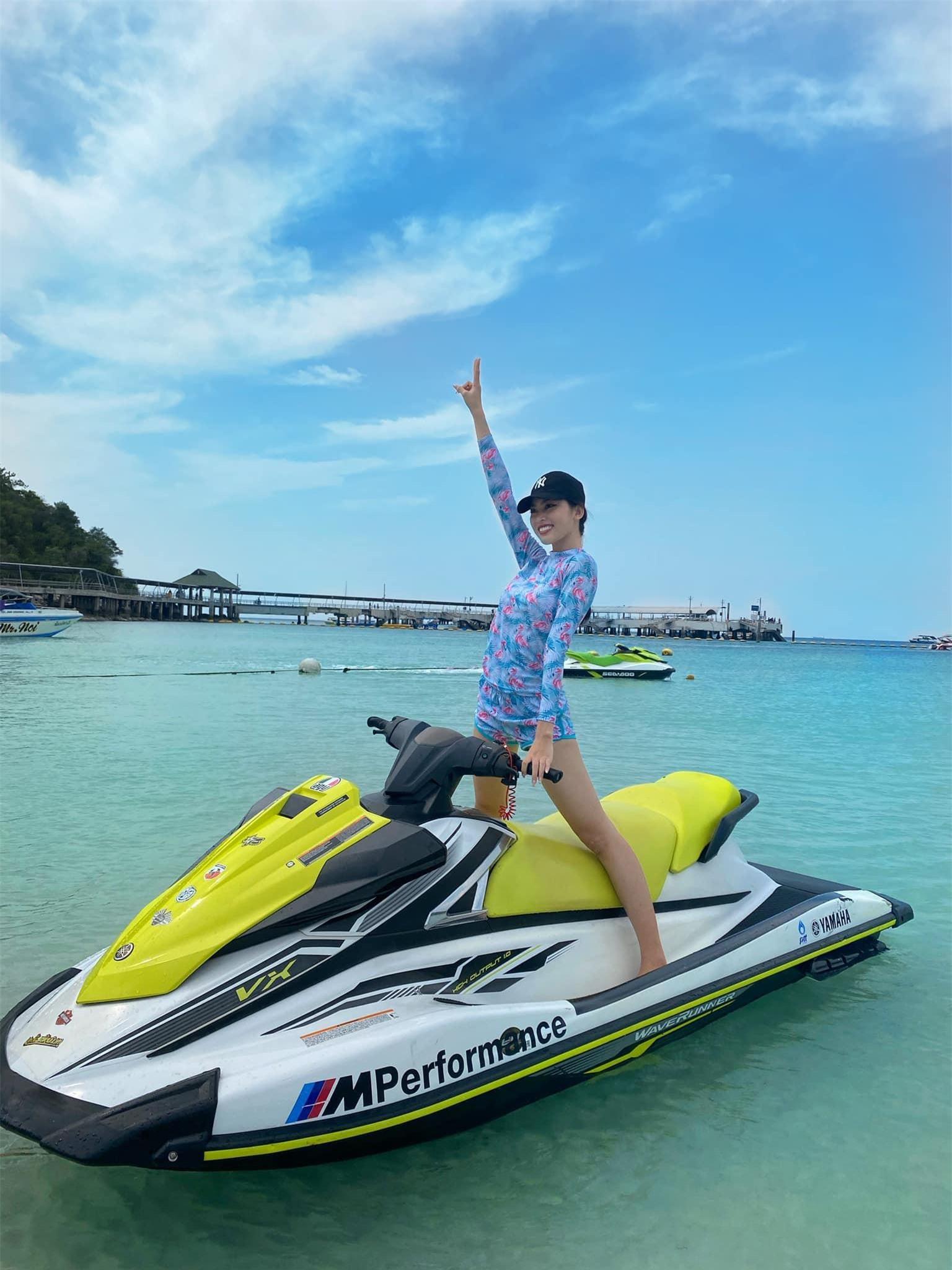 Ngọc Thảo và Hoa hậu Lào mặc đồ đôi, khoe chân dài miên man trên biển Thái Lan ảnh 7