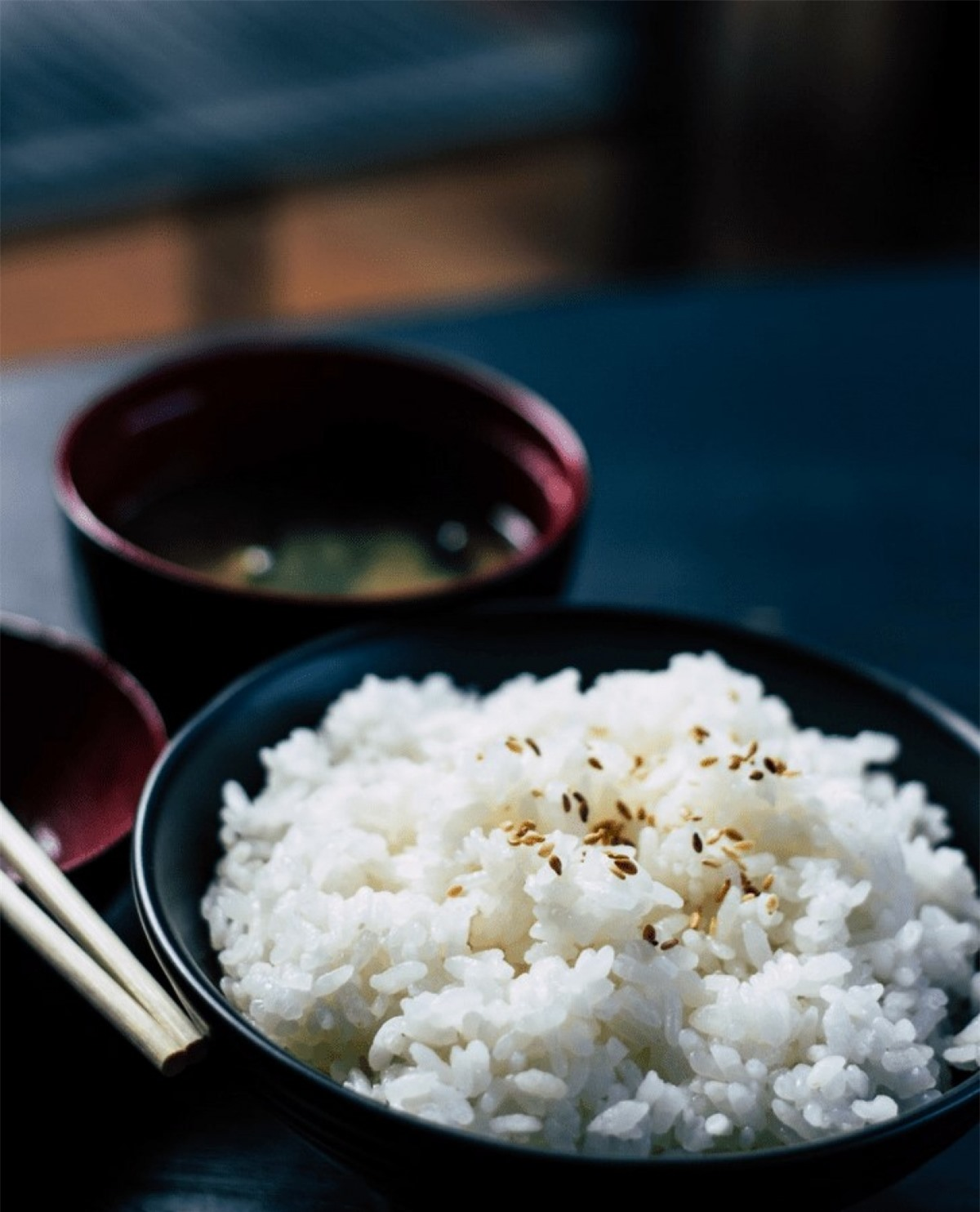 Gạo: Sau khi nấu chín, bạn không nên bảo quản cơm ở nhiệt độ phòng, vì cơm nấu chín rất dễ nhiễm các vi khuẩn gây đau bụng và các vấn đề về tiêu hóa. Nếu bạn không ăn hết cơm ngay, bạn có thể bảo quản cơm trong túi bọc chân không.