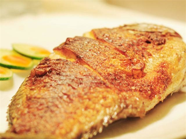 Sai lầm khi rán cá khiến món cá bị nát