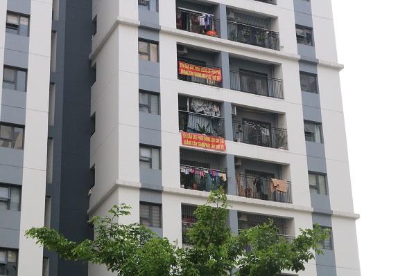 Cư dân Hope Residences Phúc Đồng treo băng rôn phản đối Chủ đầu tư không thực hiện đúng cam kết.