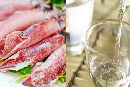 """Gừng, muối, rượu trắng được xem là bộ ba """"thần thánh"""" giúp đánh bay mùi tanh của mực tươi hiệu quả nhất"""