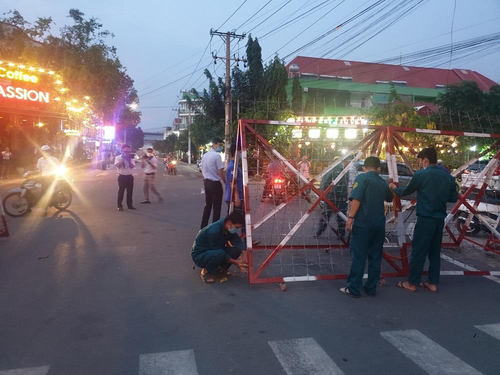 Lực lượng chức năng TP. Thuận An tiến hành gỡ bỏ cách ly trên đường D35, khu dân cư Việt Sing. (Ảnh: Báo Bình Dương)