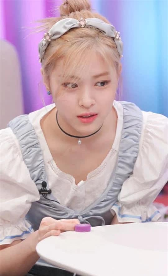 Ảnh gây lú cực mạnh: Thành viên ITZY hoá Cinderella nhưng nhìn vào ai cũng tưởng Rosé (BLACKPINK) - Ảnh 3.
