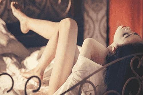 Đàn ông thích ngắm gì ở phụ nữ nhất khi 'trên giường'?