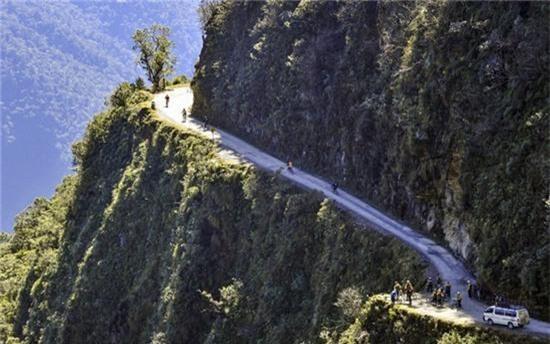 """11. """"Con đường chết chóc"""", Yungas, Bolivia: Cung đường North Yungas là nơi lấy đi 200 – 300 mạng người mỗi năm. Theo BCC, chỉ trong 1 năm đã có khoảng 25 chiếc xe bị nghiêng và rơi xuống vực bên dưới. Tính trung bình thì cứ 2 tuần sẽ có 1 xe bị rơi xuống vực."""