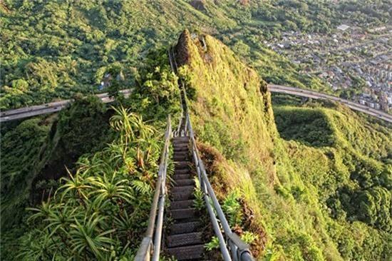 """3. """"Cầu thang lên thiên đường"""", Oahu, Hawaii: Haiku Stairs được xây dựng vào đầu những năm 1940 làm trạm thu phát thông tin liên lạc của Mỹ trong Thế chiến 2. Những bậc thang bám theo triền dốc thung lũng Haiku đến đỉnh Koolaus phủ đầy mây trắng. Khi lên đến đỉnh, du khách có cơ hội ngắm toàn cảnh đảo Oahu nằm bên dưới. Một cơn bão gần đây khiến cầu thang bị phá hủy đáng kể."""