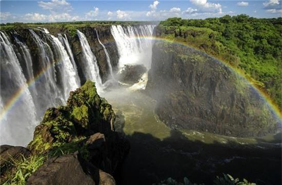 """4. """"Hồ bơi của quỷ,"""" biên giới giữa Zimbabwe và Zambia ở châu Phi: Khi nước từ thác Victoria đổ xuống giữa biên giới 2 nước và dâng lên ở mức độ nhất định, các du khách ưa thám hiểm được phép đến đây bơi lội, mặc dù nơi đây dễ xảy ra tai nạn chết người nếu trượt ngã từ độ cao 108 m."""