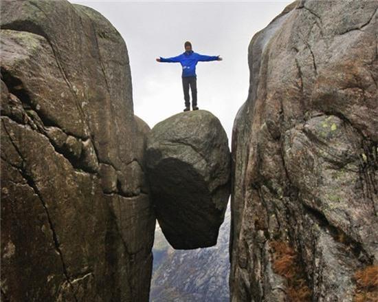 7. Tảng đá Kjeragbolten, Rogaland, Na Uy: Nằm ở núi Kjerag, Rogaland, tảng đá độc đáo Kjeragbolten kẹt giữa 2 vách đá là điểm du lịch nổi tiếng ở độ cao 984 m so với mặt đất. Để đặt chân lên tảng đá chênh vênh này, du khách phải xếp hàng nhiều giờ liền do có rất nhiều người đến đây để thử cảm giác mạnh.