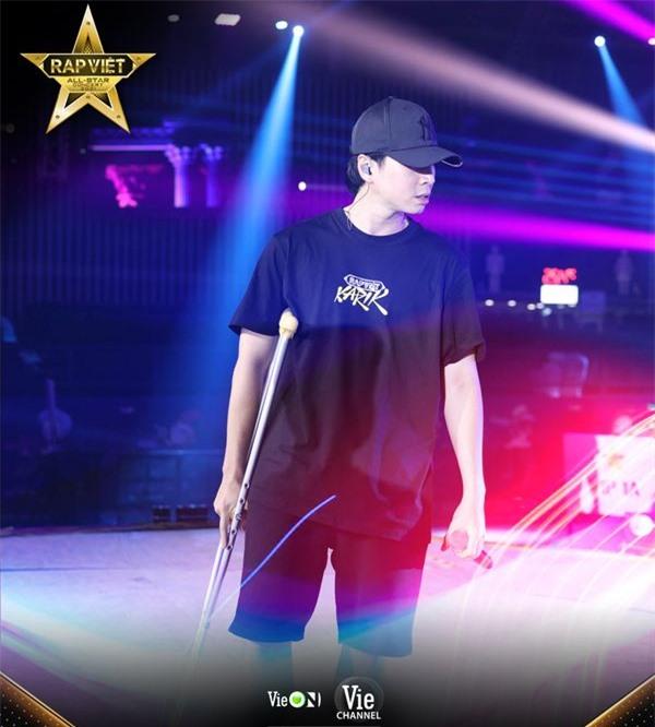 Karik gây xúc động khi chống nạn đến tập luyện cho concert Rap Việt bất chấp bị dập xương mâm, đứt dây chằng sau sự cố té sân khấu - Ảnh 2.