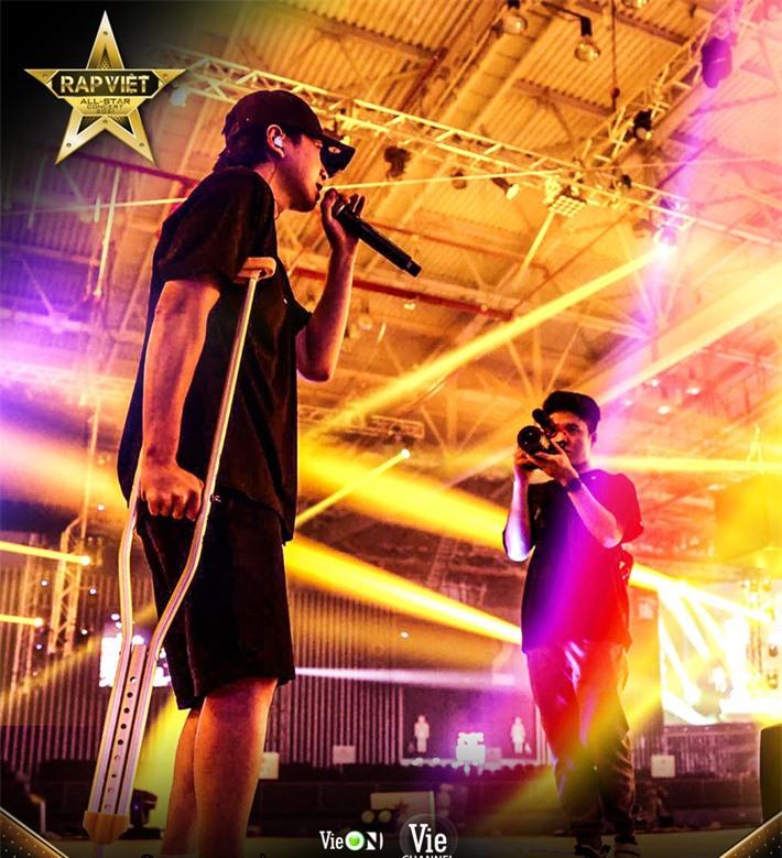 Karik gây xúc động khi chống nạn đến tập luyện cho concert Rap Việt bất chấp bị dập xương mâm, đứt dây chằng sau sự cố té sân khấu - Ảnh 3.