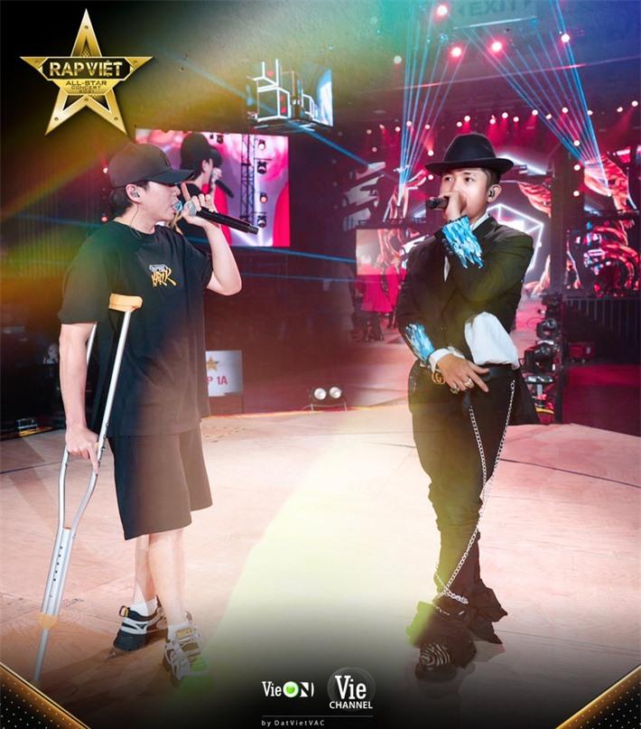 Karik gây xúc động khi chống nạn đến tập luyện cho concert Rap Việt bất chấp bị dập xương mâm, đứt dây chằng sau sự cố té sân khấu - Ảnh 5.