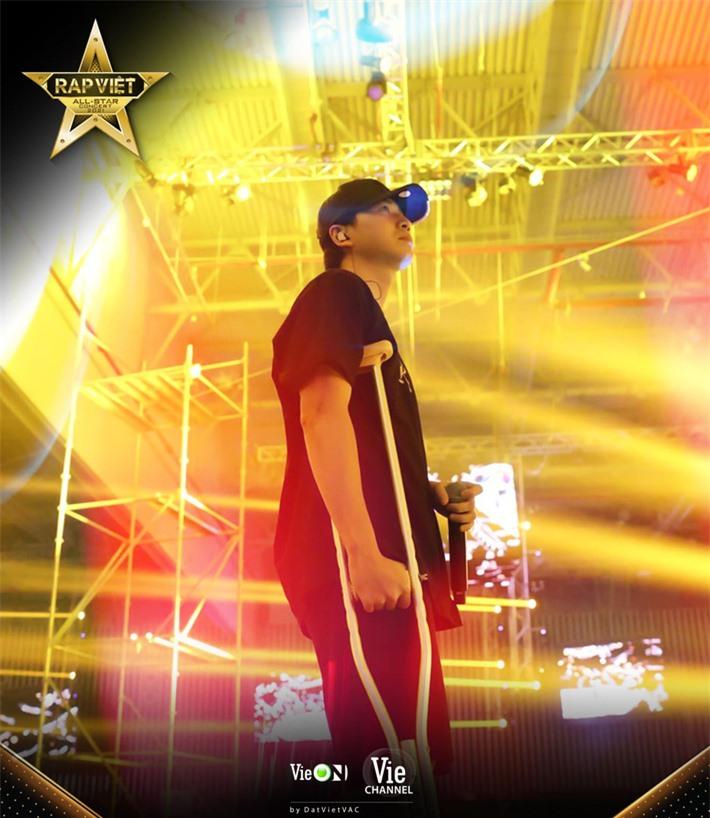Karik gây xúc động khi chống nạn đến tập luyện cho concert Rap Việt bất chấp bị dập xương mâm, đứt dây chằng sau sự cố té sân khấu - Ảnh 6.