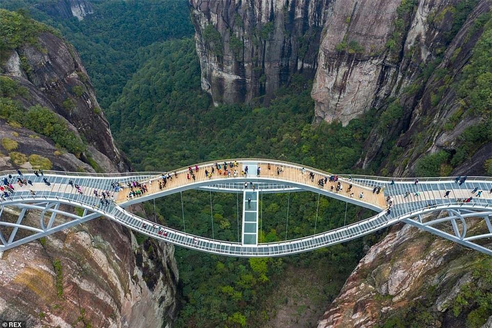 Cầu kính uốn lượn 2 tầng hút khách ở Trung Quốc - ảnh 2