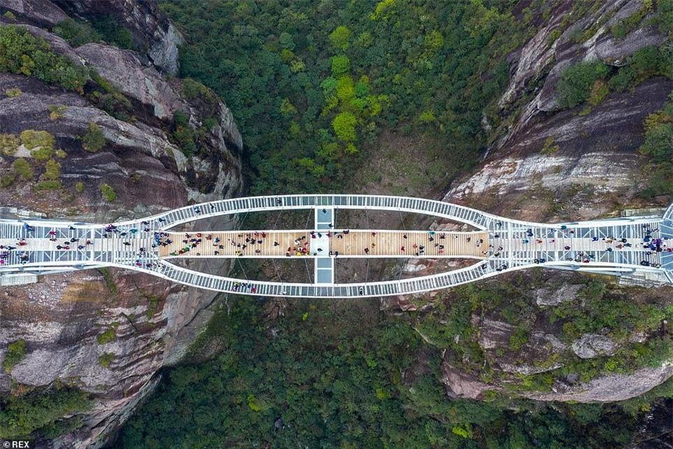 Cầu kính uốn lượn 2 tầng hút khách ở Trung Quốc - ảnh 4