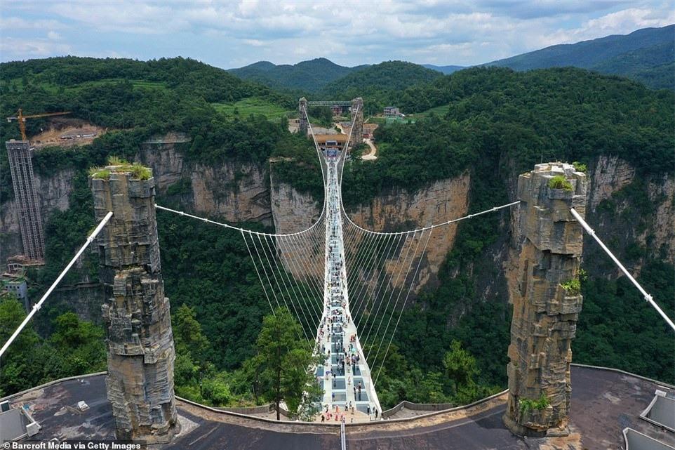Cầu kính uốn lượn 2 tầng hút khách ở Trung Quốc - ảnh 5