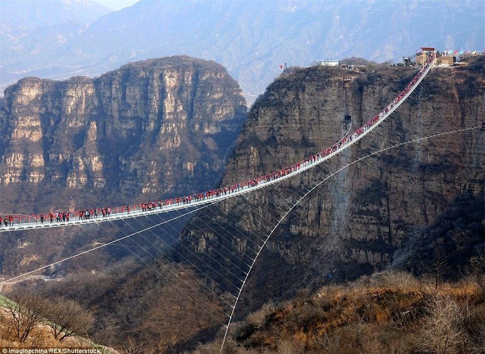 Cầu kính uốn lượn 2 tầng hút khách ở Trung Quốc - ảnh 6