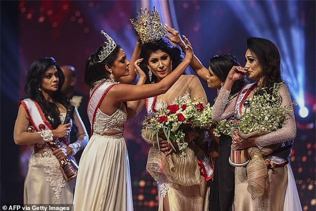 """Người giật phăng vương miện của Tân Hoa hậu Sri Lanka trên sóng truyền hình nhận kết cục thích đáng, """"nữ chính"""" lên tiếng đầy thâm sâu sau đó - Ảnh 1."""