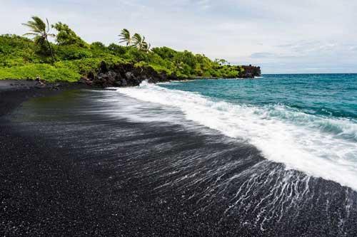 Top 5 bãi biển cát đen huyền bí tuyệt đẹp trên thế giới