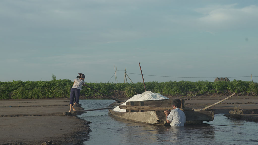 Công việc chở muối lên thuyền luôn được những người đàn ông có sức khỏe thực hiện