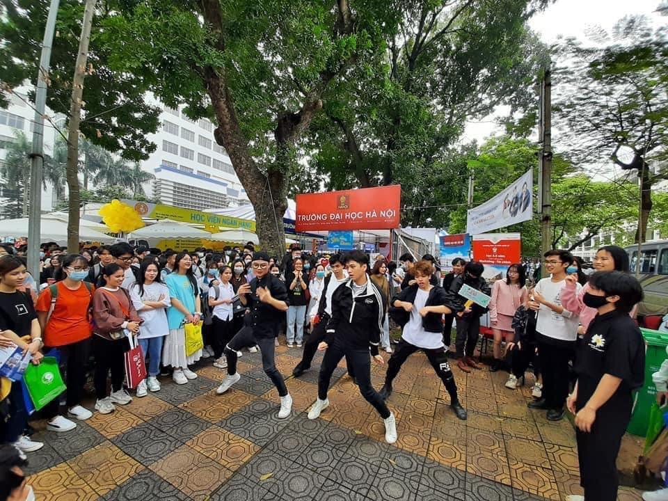 Tiết mục nhảy đặc sắc của Trường ĐH Hà Nội.