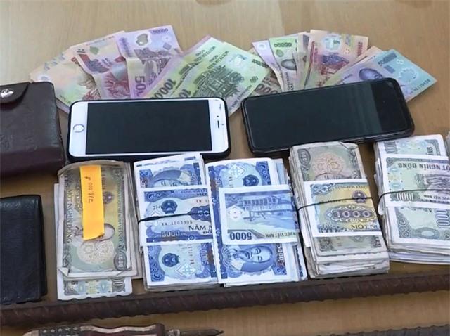 Bắt 2 đối tượng chuyên trộm cắp tiền công đức - Ảnh 3.