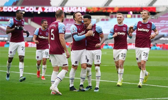 Đồng đội ăn mừng với Lingard