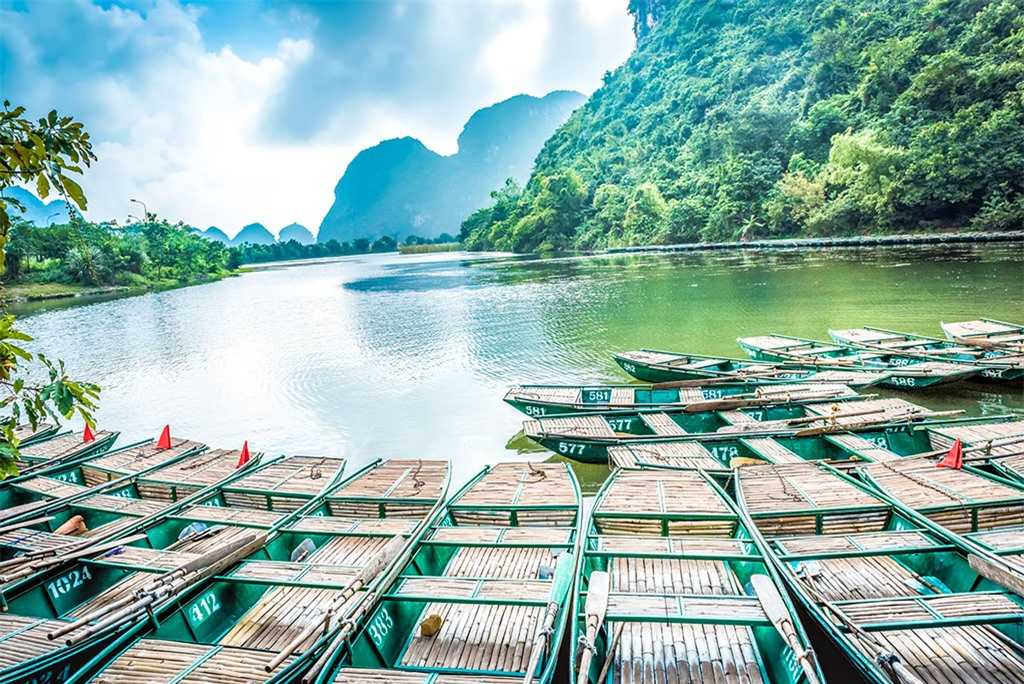 Bến thuyền Tràng An cách cô đô Hoa Lư 3km, Ninh Bình 7km. Giá vé dao động khoảng 200.000VNĐ/người
