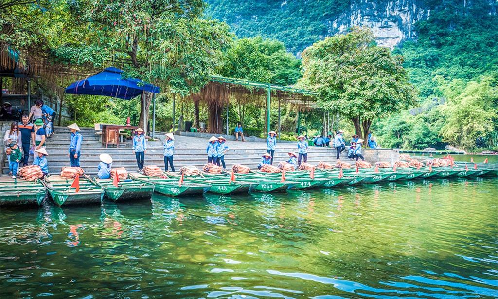 Tour du lịch bằng thuyền do người dân địa phương chở kéo dài khoảng 3 - 4 giờ