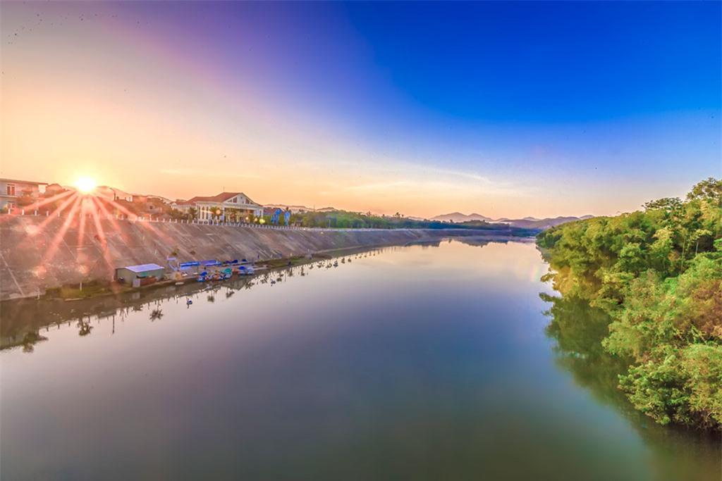 Bình minh trên sông Tiên, con sông nổi tiếng vì chảy ngược dòng lên núi