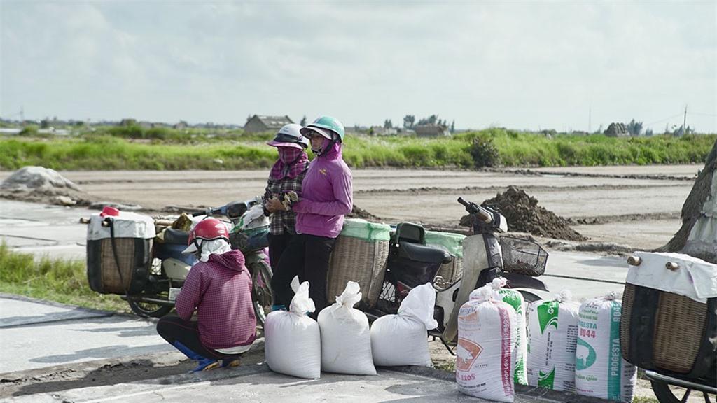 Mặc dù công việc vất vả nhưng những diêm dân đều yêu nắng, bởi đơn giản có nắng mới có muối và có muối mới có tiền