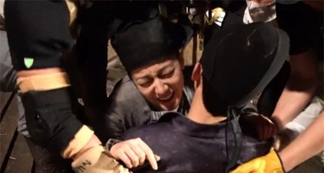 Trường Ca Hành: Địch Lệ Nhiệt Ba - Ngô Lỗi quay cảnh ôm ấp nhạy cảm, sau lưng lộ cả áo bảo hộ dày cộm - Ảnh 4.